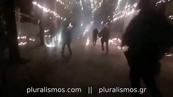 Γιορτάζοντας τη δημοκρατία με πυροτεχνήματα και ξύλο
